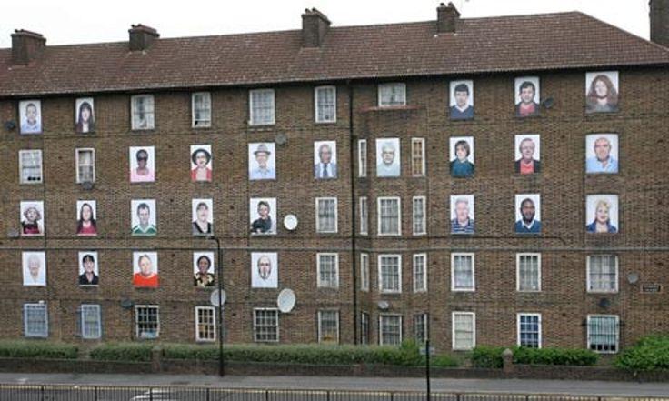 Een gezicht op elk raam drukken met stencil en kalkverf (dat er weer af gaat). We geven de academie een gezicht. Promo actie: ook in huizen in poperinge + datum en locatie (opendeur?)