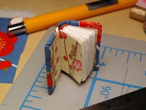 DIY tiny book: Books Tutorials, Minis Books, Miniatures Books, Books Construction, Books Together, Miniatures Dollhouses, Books Binding, Photo, Tiny Books