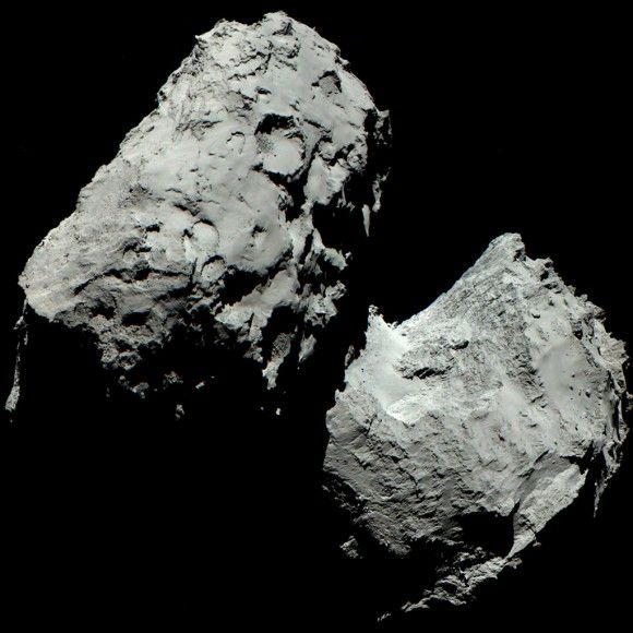 """Los ojos de #Rosetta son muy diferentes de los nuestros. Imágenes del instrumento #OSIRIS revelan el color del cometa #67P #ChuryumovGerasimenko tal y como lo vería el ojo humano. Para crear una imagen que revele los """"verdaderos"""" colores de 67P, los científicos han superpuesto imágenes tomadas con los filtros rojo, verde y azul de la cámara."""