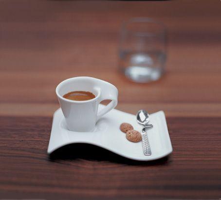 Silná dobrá káva v nádherném šálku