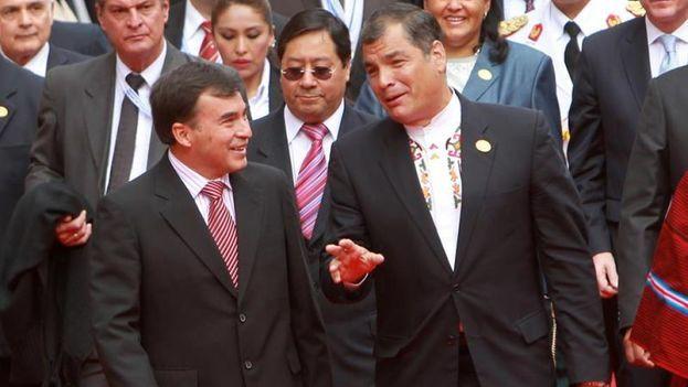 El presidente de Ecuador, Rafael Correa (d), y el entonces ministro de la Presidencia de Bolivia, Juan Ramón Quintana (i), asisten a la ceremonia de investidura de Evo Morales para su tercer mandato, el 22 de enero de 2015. (EFE)