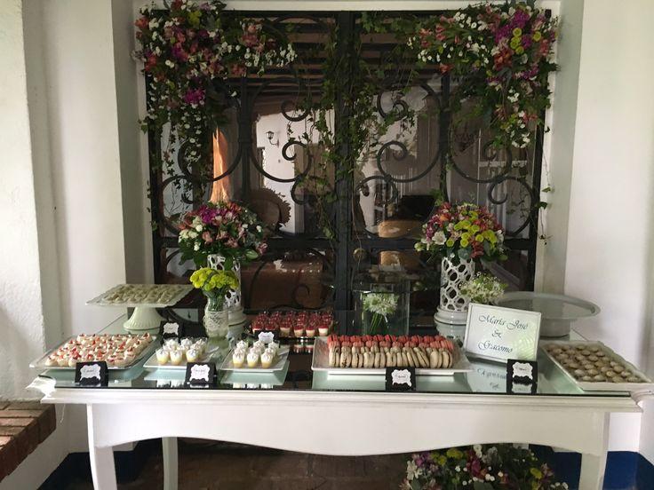 Hermosa mesa de dulcitos . Con hermosos detalles en las esquinas de la ventana en floresitas campestres. Bello portarerato de Maria Jose y Giacomo.