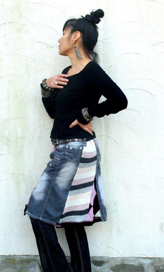 Fantasie-Flickwerk recycelt Knie Rock. Hergestellt aus recycelten Pullover, bestickter Stoff und grau Denim-Jeans. Hüftumfang wärmer! Sehr nützlich und komfortabel. Mit Hosen perfekt. Hippie Boho Stil. Eine von einer Art.  Größe: M-L (Europäische 38-40) Ein wenig streching Uper Linie (Taille Ebene oder uper Hüften) 33-36 Zoll (84-92 cm) Hüften max 43 Zoll (110 cm) Länge ca. 23 Zoll (59 cm) Waschen Sie in kaltem Wasser (Stück aus reiner Wolle)