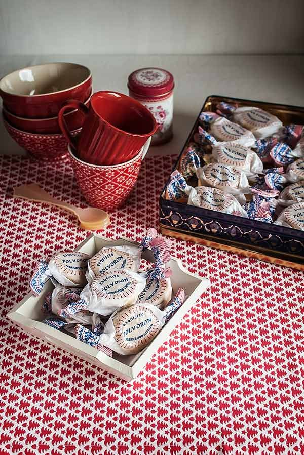 Elaboración de los típicos polvorones sevillanos para Navidad. Receta paso a paso con fotografías detalladas.
