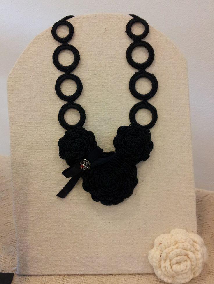collana nera realizzata a uncinetto
