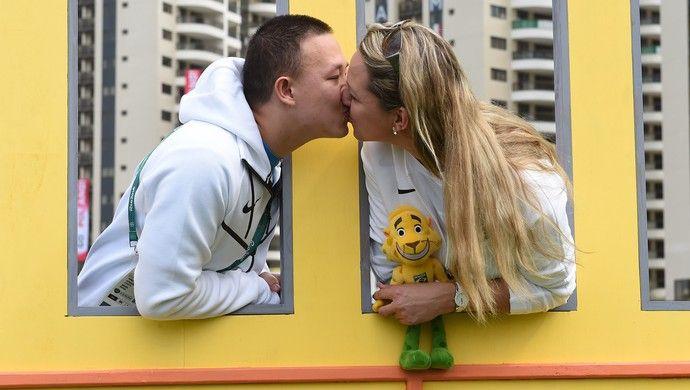 Felipe Wu, atleta do tiro esportivo, com a mulher Rosane Budag, na Vila Olímpica (Foto: André Durão)