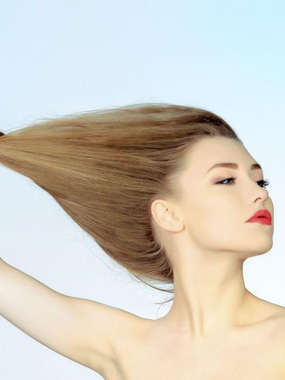 À l'aide de quelques recettes faciles à réaliser, fortifiez vos cheveux en utilisant l'huile de ricin dans vos soins maison.