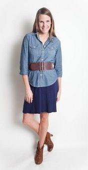 Джинсовая рубашка, синяя юбка, коричневый ремень, коричневые ботильоны