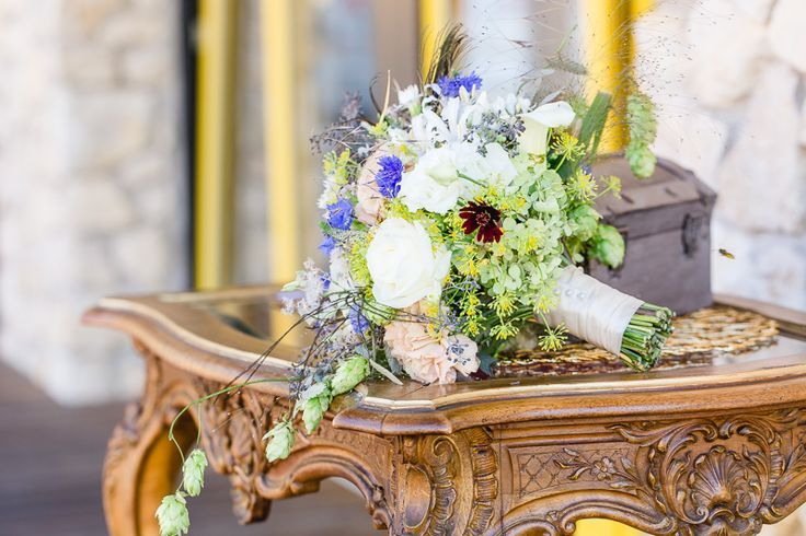 Brautstrauss modern und vintage in weiss, gelb, violett und rosa. Floristik: Katharina Harb. Foto: Monika Schloffer Photography