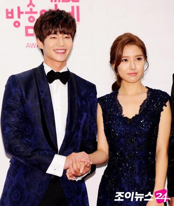Jae_Eun_Couple: Hand In Hand >_____< [포토]'우결 신의 한 수' 송재림-김소은, '다정한 포즈' http://joynews.inews24.com/php/news_view.php?g_serial=873454&g_menu=700100…