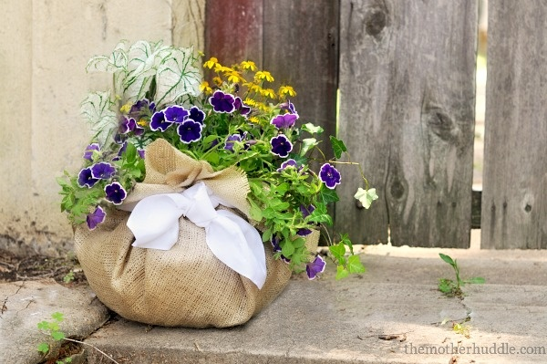 DIY Burlap Fabric Planter by themotherhuddle #Planter #DIY #themotherhuddle: Burlap Planters, Mothers Day Gifts, Burlap Flowers, Gifts Ideas, Burlap Fabrics, Flowers Pots, Burlap Bags, Fabrics Planters, Diy Burlap
