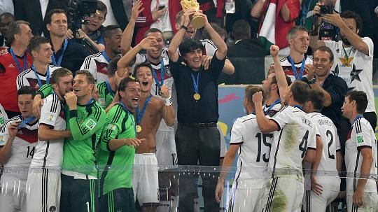 Fotos: Löw jubelt nach WM-Titel mit Pokal