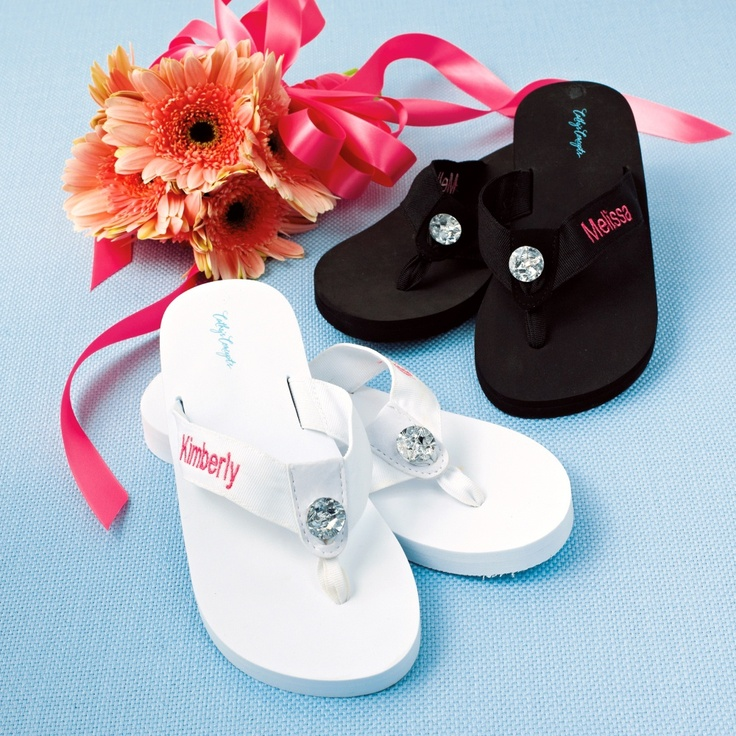 Personalized Flip Flops   #exclusivelyweddings   #bridesmaidgifts