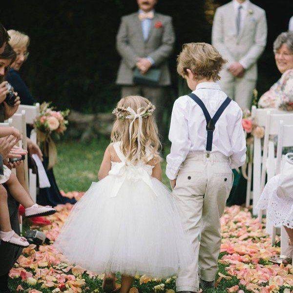 Auf Einer Hochzeit Gibt Es Wohl Nichts Niedlicheres Als Blumenkinder Blutenblatter Schilder Outfit Accessoires Hi Hochzeit Fotos Hochzeit Hochzeit Bilder