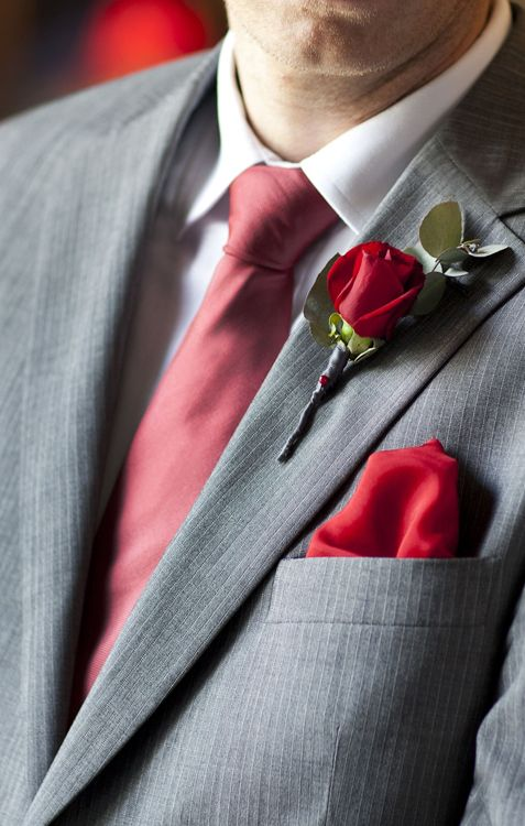 Chose the groom's accessories and buttonhole to match the wedding colors for a polished effect
