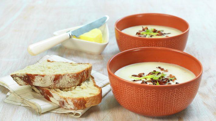 Hjemmelaget blomkålsuppe tar nesten ikke lenger tid å lage enn å vispe sammen en posesuppe. Gevinsten du får ved å lage den selv, er den gode smaken. Toppet med litt sprøtt bacon kan den serveres som middag, eller som en deilig kveldsrett.
