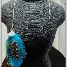 Collier cravate double effet , en tour de cou ou en collier de dos, chaine côte de maille argentée, plumes turquoises noires,