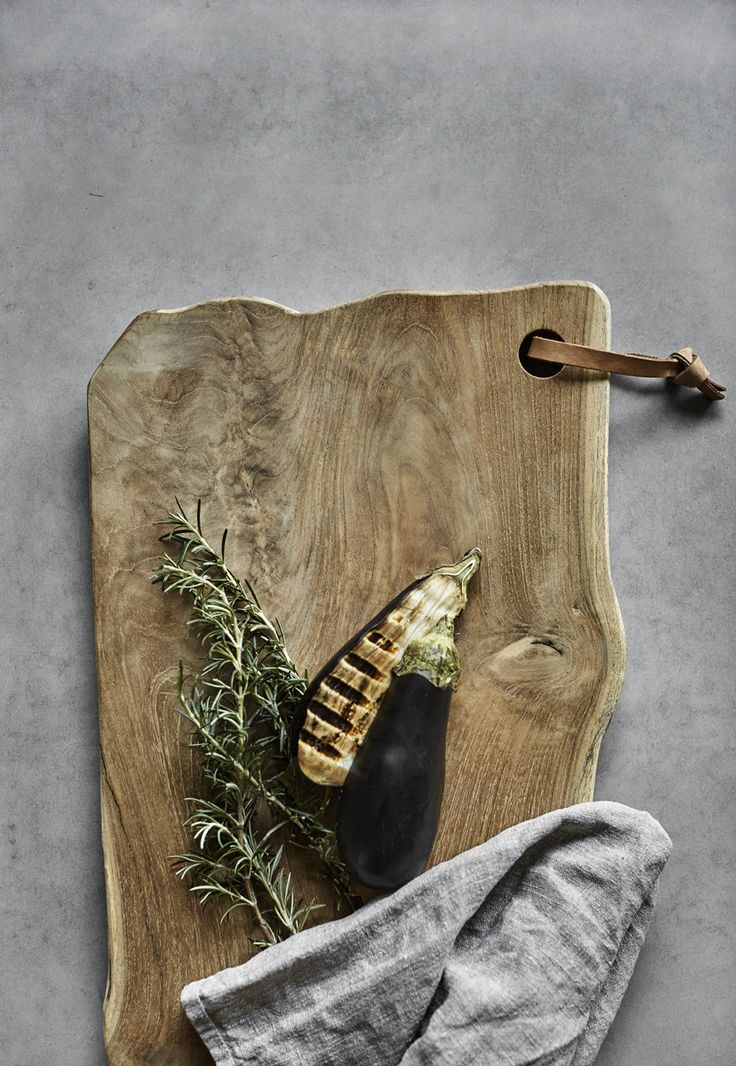 Large cutting board from Muubs in teak, which can be used both for food preparation and serving. Use for example the serving board for tapas.