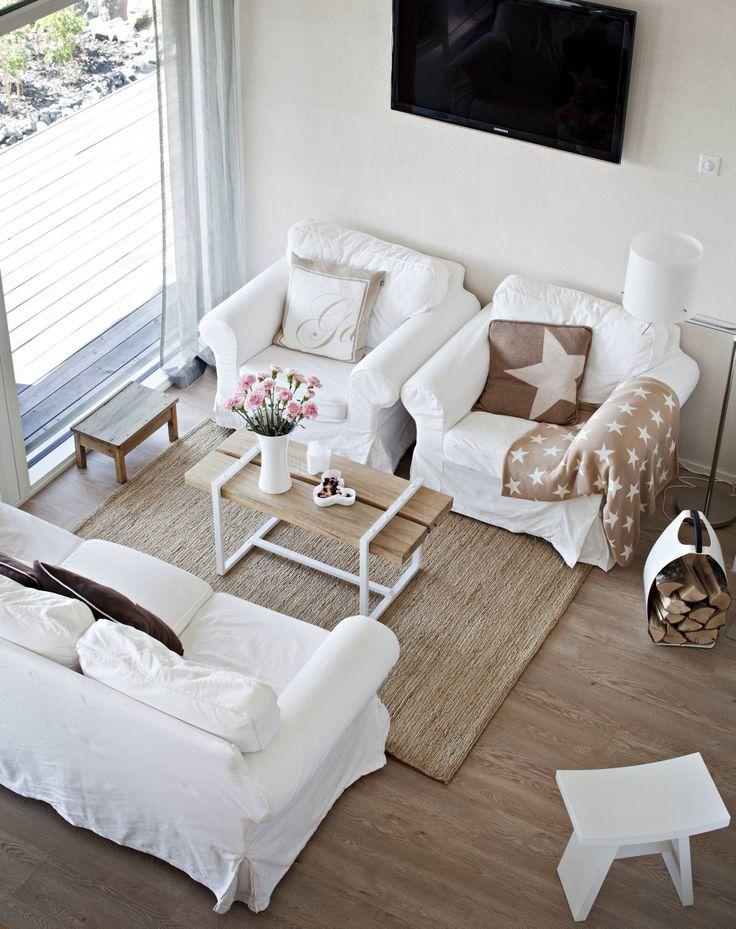 Ikean sohvaryhmän keskipisteenä on perheen keskimmäisen lapsen, Villen, tekemä pöytä. Lankut ovat mökin pihalta kaadetusta puusta ja jalat kierrätysmetallia. Pieni penkki on Pentikistä, valkoinen jakkara Vepsäläiseltä. Matto Hannas.