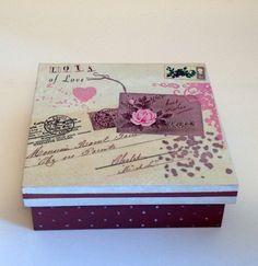 Caixa para presente com base decorada com bolinhas e guardanapo na tampa com flores e base rose.  Caixa multiuso.    Fazemos em outras cores e modelos, consulte-nos.  Peças integrantes estão sujeitas à disponibilidade.  Como é um produto artesanal, podem haver pequenas diferenças entre uma produç...