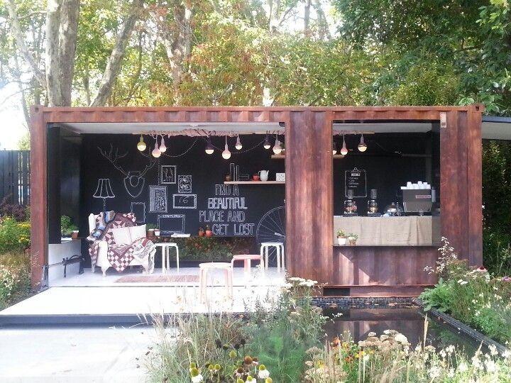ร้านกาแฟในสวน สวนสวยๆกับร้านกาแฟเป็นของคู่กัน การเลือกปลูกต้นไม้แบบเรียบง่าย เน้นความเป็นธรรมชาติดูจะเหมาะเป็นที่สุด เพราะนอกจากลูกค้าจะได้ชมสวนสวยๆอย่างเพลิดเพลินแล้ว ยังเสริมสร้างบรรยากาศสดชื่นได้มากเลยทีเดียวค่ะ สำหรับใครที่มองหาไอเดียตกแต่งร้านกาแฟจากตู้คอนเทนเนอร์ อย่าลืมคำนวณงบประมาณในกระเป๋าเพื่อให้ไม่เกิดปัญหาในตอนหลัง และอย่าลืมตกแต่งร้านกาแฟของคุณให้กลมกลืนเข้ากับวิวทิวทัศน์โดยรอบด้วยค่ะ ขอบคุณhttps://www.pinterest.com/search/?q=container+cafe