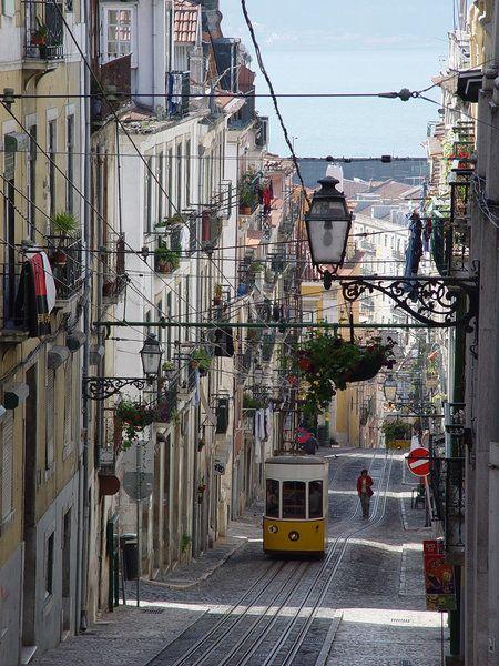 Lisboa: de ascensores y funiculares   Via El Hedonista   21/02/2015 Una ciudad con siete colinas, mucho más abruptas que las de Roma, tiene eso, que cuando estás en la cima de una de ellas te premia con unas vistas espectaculares; del río y de la ciudad, en el caso de Lisboa. #Portugal