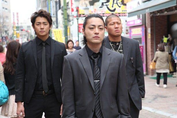 Takayuki Yamada as PIMP , Drug dealer  - Hideyoshi Minami. 威圧感がスゴい!山田孝之のチンピラ風ファッション