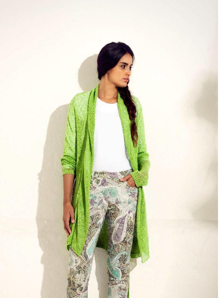 Disegni paisley  per i pantaloni stampati abbinati al cardigan in viscosa boucle' verde lime....tutto Viriato...