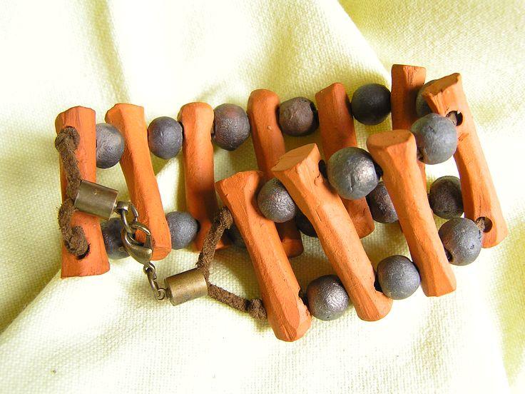 Bransoleta wykonana została z elementów ceramicznych