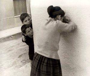 22 φωτογραφίες που δείχνουν πως έπαιζαν τα παιδιά στην παλιά Ελλάδα - Τι λες τώρα;