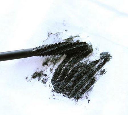 Deze diy natuurlijke mascara recepten verzorgen je wimpers, blijven goed zitten en kleuren je wimpers diep zwart.