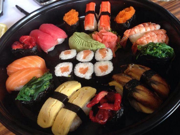 Pesan sushi nampan paket A untuk buka puasa. Isi 24 pcs only Rp 199,000,-  Naniura Sushibar Restaurant Jakarta Timur 021-86611789 || Tag ur reviews #NaniuraSushi #Sushi #DeliveryOrder #SushiPorn #SushiBar #NaniuraMenu #NaniuraResto #Jakarta