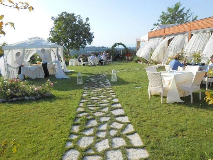 Il nostro agriturismo romantico organizza romantici matrimoni in Toscana con vista mozzafiato sulla campagna senese e, sullo sfondo, le affascinanti torri medievali di San Gimignano.