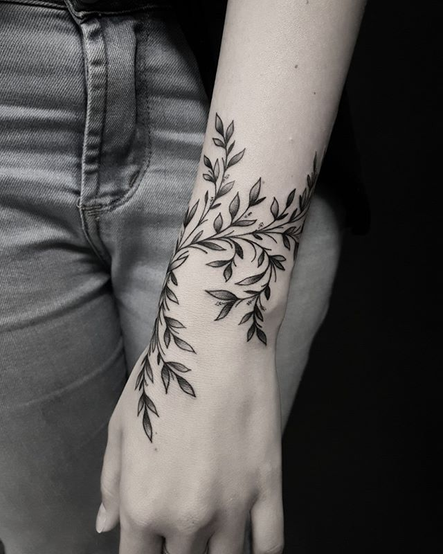 13 delicate tattoos for the neck