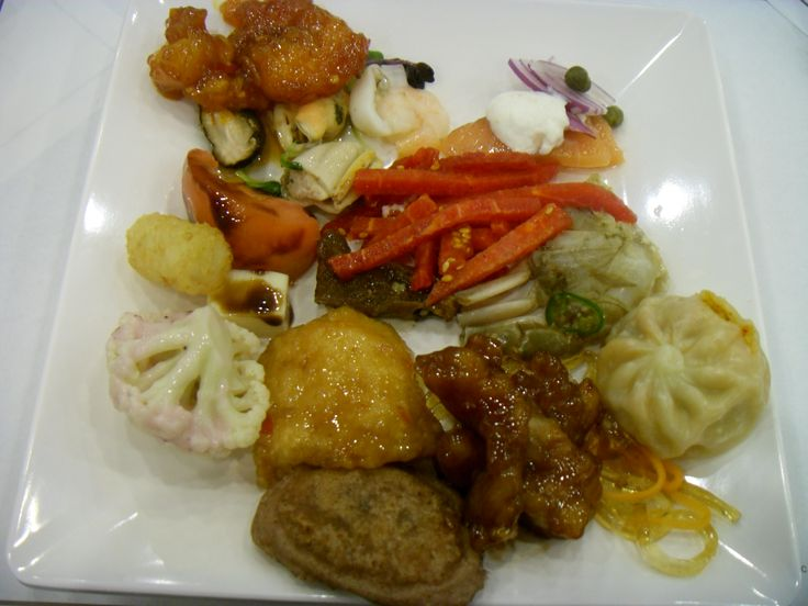 2016.2.27. With mom at the wedding of the church acquaintance. Like the buffet's many food serving menus.  Chilly sauce shrimp, mussel, salmon, Korean-style raw beef, Soy Sauce Marinated Crab, Sweet and Sour Pork, fried catfish, Millet Pancake, cauliflower, tomato and cheese. I liked fried catfish.