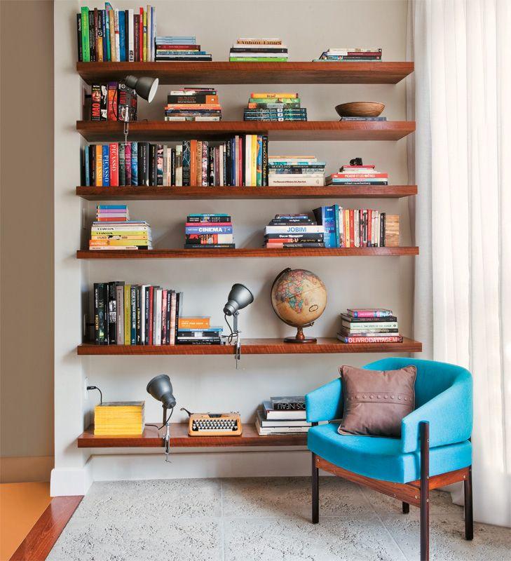 Prateleiras de madeira para organização de livros