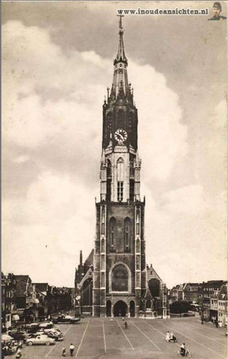 De Nieuwe Kerk op de Markt 1960. Begin bouw 1396. De toren is met zijn 108,75 meter na de Domtoren in Utrecht de hoogste kerktoren van Nederland. De kerk is verder bekend vanwege het praalgraf van Willem van Oranje. Onder het praalgraf bevindt zich de grafkelder van het Koninklijk Huis.