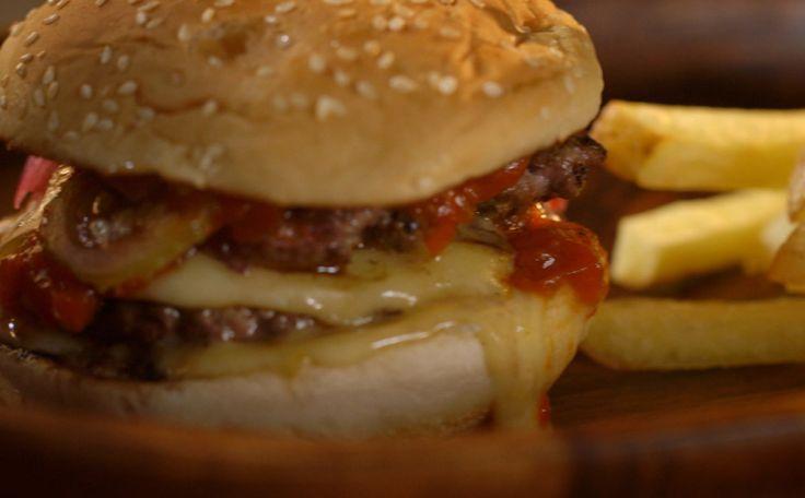 O sanduíche leva ainda ketchup e maionese caseiros, queijo minas padrão e picles de maxixe com cebola roxa