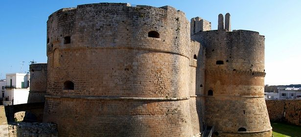 Castello di Otranto - Otranto (Lecce) Veglia la città più a est d'Italia il Castello di Otranto, affascinante fortezza che guarda a oriente nel ricordo di attacchi saraceni. 40°09′00″N 18°29′00″E