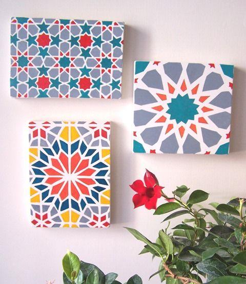 Di grande tendenza, per la cucina soprattutto, gli azulejos o le piastrelle marocchine possono essere ricreati con un semplice lavoro fai da te, alla portata di tutti. Durante le ferie, potreste provare a cimentarvi, con un po' di tempo e calma a disposizione. E spendendo pochissimo. Con nastro carta e colori, potrete appendere poi al muro le vostre mattonelle oppure usare la stessa tecnica per decorare piani di tavoli, fioriere... quello che volete.
