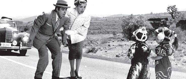 """Resortes, Evangelina Elizondo, Margarito Esparza (de espaldas) y extra en """"PLATILLOS VOLADORES"""".-1955"""