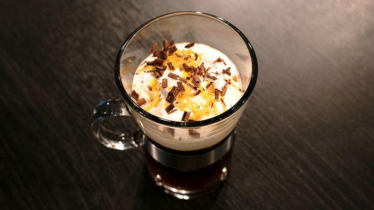 Varm kaffedrink med apelsin och choklad