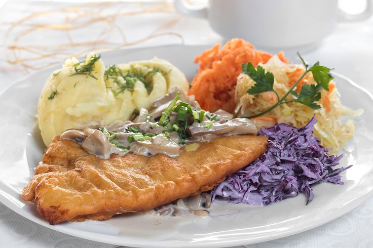 Zapraszamy na dzisiejsze danie dnia. Eskalopek w sosie pieczarkowym, ziemniaki, surówki. Zupa: Barszcz zabielany z jajkiem i ziemniakami. Fot. hudobskifotografia.pl