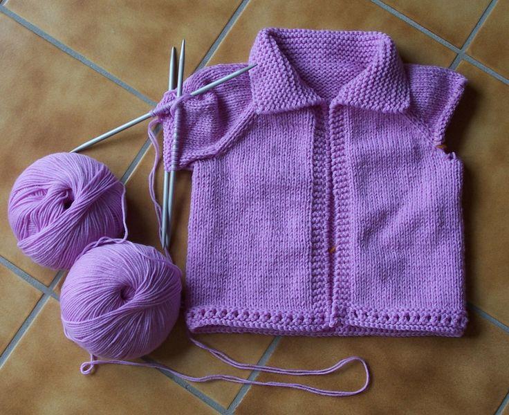 Voici la traduction du modèle Easy baby cardigan de Diane Soucy. Il y a deux versions une avec capuche et une avec col. Je n'ai pas encore tricoté la version avec capuche, cette photo appartient à Diane Soucy : et la version avec col : Il y a 4 tailles...