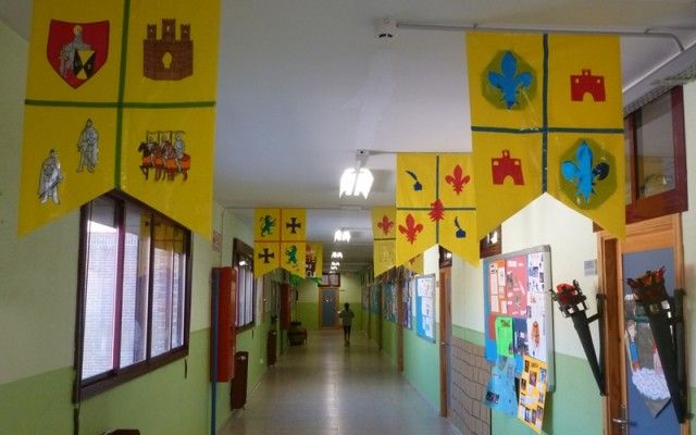Los pasillos de5ºde primariahanrealizado un recorrido por la Edad Media, decorando los mismos con motivos de la época: castillos, mazmorras, escudos, estandartes, ...