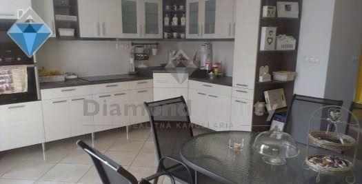 Na predaj novostavba RD v Opoji (9 km od Trnavy). Možnosť kúpy aj pozemku vedľa domu, ktorý sa predáva samostatne, s rozmermi 16 x 36 m. Majiteľ tu vie