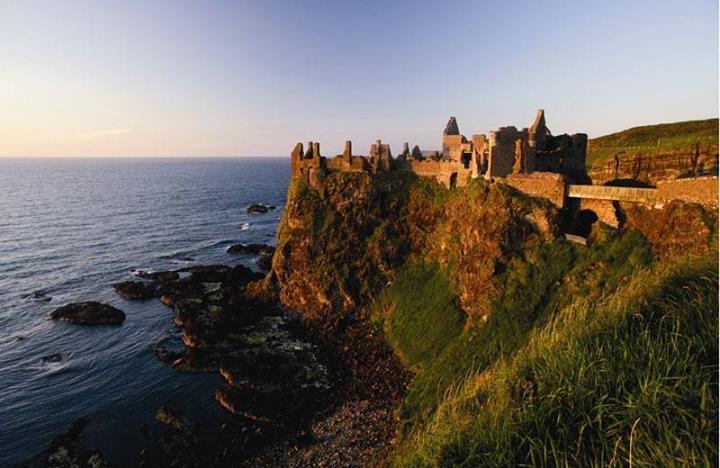 Magische plekken – Dunluce Castle vlakbij het dorp Portrush aan de kust van Antrim houdt zich net staande op de top van een indrukkende rots. Dunluce wordt gezien als een van de meest romantische en pittoreske kastelen van Ierland.
