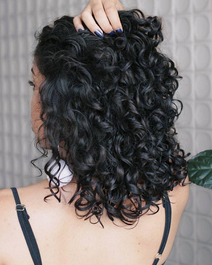 {editado} Essa é a Tamires Maia, ela tem cachos tipos 2C e 3A. No canal dela tem várias dicas de como finalizar, tratar os cabelos. Não deixem de visitar o canal dela no Youtube.