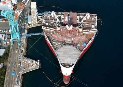 写真:横幅は70メートルだが、全長は104メートルしかない海底資源探査船=長崎市、朝日新聞社ヘリから、関田航撮影