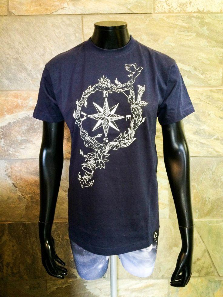 Marineblå t-skjorte med hvit silketrykk fra Njól Clothing.